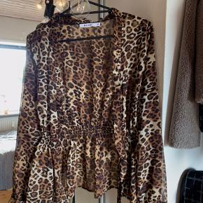 Mega fin leopard bluse, men bindebånd ved både håndled og ved mave