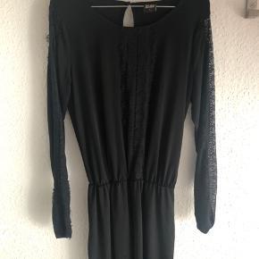 Fin kjole i lækker kvalitet. Har elastik i taljen