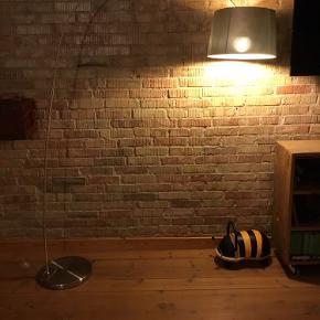 Super fin gulvlampe fra BoConcept med fodbetjent tænd/sluk