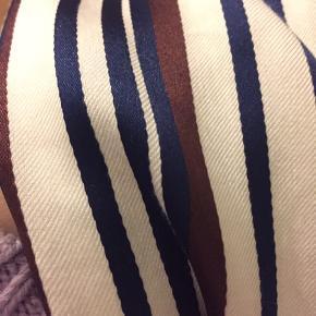 Trøje er helt ny, den er kun prøvet på, den er desværre for lille. BYD!