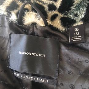 Fed faux fur fra Maison Scotch. Leopard med grønne nuancer. Nypris på 1800kr. Er en small, men kan også passe en lille medium.