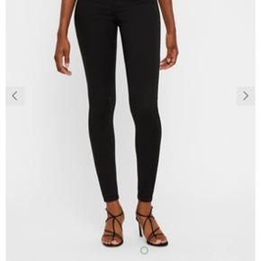 Bløde jeans, der holder farven. Det er mine yndlings jeans, men disse er desværre for store til mig. De er str. L/32. Syningen er gået lidt op ved knappehullet (se billede).   SE GERNE MINE ANDRE ANNONCER. Jeg er altid klar på en god handel! 🌸🌸
