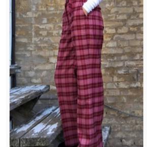 Size 1! Smuk lyserød tærnede bukser. Ny med tags på   Fri fragt gives idag d. 23!🌸