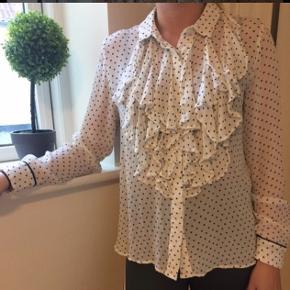 Smuk hvid skjorte med prikker