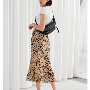 Fin lang nederdel fra & Other Stories. Gul/sort. Så god som ny.