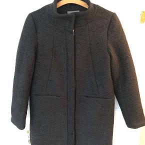 Sort frakke i 50% uld fra Ichi i str. M 😍 varm lækker uldfrakke med thinsulate-foer. Med lommer 🔥 aldrig brugt!   Bemærk - afhentes ved Harald Jensens plads eller sendes med dao. Bytter ikke 🌸   💫  Frakke jakke uldfrakke uld sort fluffy Ichi uldjakke