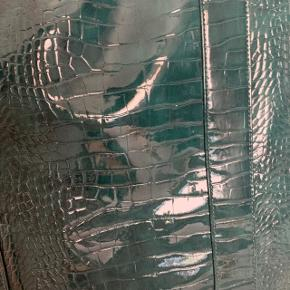 Super flot grøn Hvisk tote bag, som jeg har brugt som skoletaske✨ Den har et stort rum og lukkes med magnet.  Skriv gerne ved spørgsmål eller for mere info 😊