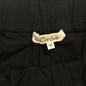 Varetype: Tie dye nederdel Farve: Sort/hvid  Skøn tie dye sommernederdel i 2 lag bomuld med rå kanter. Brugt få gange. Længde 51 cm.  Bytter ikke