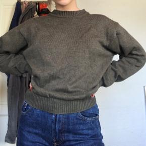 Armygrøn bomuldssweater fra Bison. Str L, men syet op, så den er kortere.