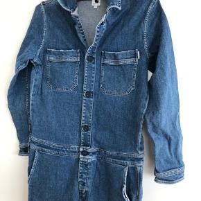 Buksedragt, kedeldragt, overalls, heldragt, boiler suit. Størrelse small :)  Straight cut.  Find flere fotos på nettet.
