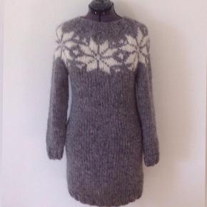 Brand: FruStrik Varetype: Sweater, Kjole, Islandsk sweater, strikkjole, strik, Sarah Lund, ren uld, trøje Farve: Mange Denne vare er designet af mig selv.  NYT DESIGN! Kjole - lang sweater - håndstrikket i fin og dejlig blød islandsk uld med store stjerner i kontrastfarve.   Kjolen er ca. 90 cm i fuld længde   Størrelse: M   Passer en brystvidde på: 92 cm  Modtager MobilePay  Leveringstid: 1-2 uger