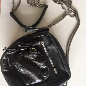 Enkel og rå crossbody lædertaske fra Erbs Denmark med lækre sølv detaljer. Har en god størrelse indebærende fire lynlåsrum, hvoraf et er indvendigt.   Fået i konfirmationsgave (2015). Siden lettere brugt, men stadig god, derfor pris til forhandling. (: