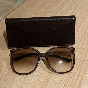 Gucci solbriller med logo i siden. Eneste brugsspor er en rids i det ene glas