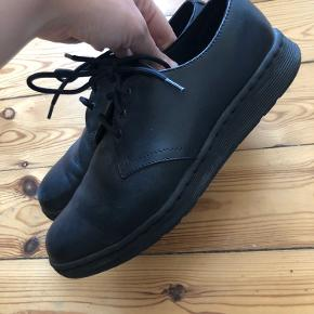 Fine sorte lædersko fra dr. martens med chunky hel