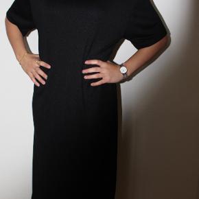 """Sort lang kjole med slids fra Zara sælges. Kan afhentes i Odense C eller sendes via """"køb nu"""". V. køb af flere stk. gives rabat :)"""