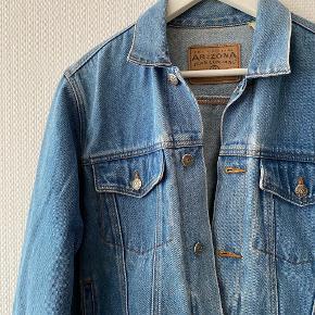 Vintage Denim jakke i virkelig flot stand, købt på Camden Market i London ✨ Størrelsen svarer til en L, så den er Oversize i fittet ✨   NB: Prisen er fast & eksl. fragten.  Tager derfor ikke i mod bud.