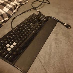 Tastaturet K70 rapidfire er i høj kvalitet. Tastaturet leverer en god lyd, da det er mekanisk., men også et fantastisk rødt LED lys fra tastaturet.  Cherry MX Speed er et af verdens hurtigste mekaniske taster med kun 1.2 mm aktiverings afstand. Andre mekaniske taster har op imod 2mm aktivering afstand, og kun 45 grams aktiveringstryk Tasterne har en forventet levetid på 50 mio tryk på hver enkelt tast!  Fakta om tastaturet Holdbarhed på 50 millioner klik - 100% anti-ghosting - Full-key rollover - 8 MB indbygget profilopbevaring - USB pass-through port - Kompatibel med Windows 10/8/7  Tastaturet er ikke blevet brugt særlig meget. Højt 3 måneder, og det er også en af de grunde til, at det bliver sat til salg. Det er lagt i en længe periode uden at blive brugt, da jeg er mere til razer produkter. Tastaturet fejler intet og det fungere som nyt. Jeg håber, at der er andre, der vil få mere glæde af dem.