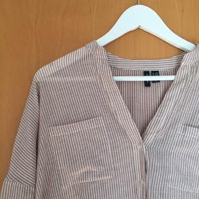 Lang skjorte fra Vero Moda i stribet hvid og rød-brun. Str S/M 😊 Brugt én gang