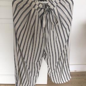7ecf0ae0dc8 3/4 lange bukser fra Zara i creme med blå og sølv striber