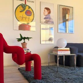 Virkeligt fint og super moderne bord, glasbord, sofabord, sidebord, sengebord 🥰. Jeg tror det er fra 1970-80erne. Længde, bredde og højde er ca. 40 cm.  Pris 375 kr. Kan afhentes i fuglekvarteret i København NV. Det vejer næsten ingenting, så det kan nemt tages med i bussen :-) Første billede og billede 4 og 5 er lånt fra stylistskovgaard.dk