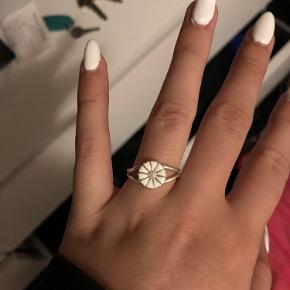 Jeg sælger min marguerit ring i str 52 Jeg har aldrig brugt den