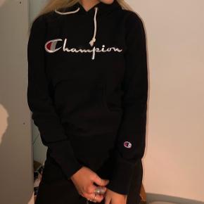 Dejlig hoodie fra Champion. Kun brugt få gange. Skriv PB for flere billeder. BYD gerne!