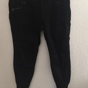 Fine bukser med flotte detaljer ved anklerne , de har været brugt ganske få gange og fremstår i meget fin stand  Har dem også til salg i mørkeblå