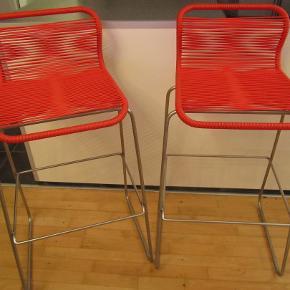 Hej!  Sælger disse flotte barstole af mærket Montana for min bror grundet flytning. Modellen hedder Panton One Barstol fra det kendte designerbrand Montana, og er både flot og behagelig at sidde i. Kan anvendes både indenfor og udenfor. Sædet er lavet af gummistrenge i en blød rød farve og stellet i sølvskinnende aluminium. Stolene er håndflettede. De er stort set uden brugsmærker og fremstår som nye. Perfekte til samtalekøkkenet, baren eller cafebordet på terrassen.   SPECIFIKATIONER: Mål: Højde(ryglæn): 95 cm., Bredde: 50 cm., Dybde: 50 cm., Sædehøjde: 75 cm. Gummidutter under benene, så de ikke blive ridsede hverken inden- eller udendørs. Designer: Verner Panton  Fra et ikke-ryger hjem uden husdyr.  Ny pris: 6000 kr. (samlet)  Sælges samlet for 3499 kr.  BETALING: Modtager enten kontanter, mobilepay (på nummeret i min brugerprofil) eller bankoverførsel.  AFHENTNING: Kan afhentes på adresse/by angivet i denne annonce/min profil.