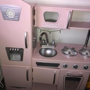 Rigtig fint LegeKøkken med tilhørende opvaskemaskine. Vandhanen skal lige have en klat lim.