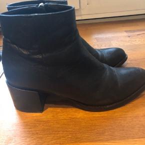 Rigtig fine støvler, som har været brugt, men de fejler ikke noget :)