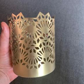 """Fin metal stearinlys holder i """"guld"""". Aldrig brugt. Kaster et flot lys på bordet når der er stearinlys i."""