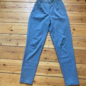 Yas bukser i grå farve sælges billigg