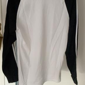 Fin Adidas trøje, brugt én enkelt gang :))