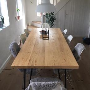 Spisebord med fyrretræsplanker og sorte metalben, mål: 220x90x74x5cm. Stabilt.