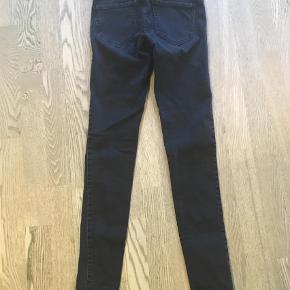 """Varetype: Skinny Farve: Sort Oprindelig købspris: 500 kr.  Super fede skinny jeans i farven """"worn Black"""". Brugt en enkelt gang.  Ved Ts handel betaler køber gebyret."""