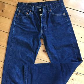 Den populære 501 levi's jeans / vintage jeans i mørkeblå,  Str. W30/L32 Ingen billeder med dem på. Kan prøves.  Afhentes 2450 Kbh Sv eller sender med DAO.