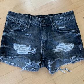 Ripped denim shorts i en flot grå farve str 36   God men brugt fremstår pæne og velholdte   Ts eller mp