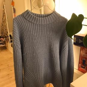 Lyseblå sweater fra PIECES i str. XL, vil sige den passer bedst til en str. L. Lyset snyder lidt, den er mere lyseblå i virkeligheden 🌸