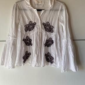 Fin bluse/skjorte med broderi.