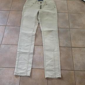 """Varetype: Jeans / helt nye bukser Størrelse: 28""""/34"""" Farve: Se Oprindelig købspris: 800 kr.  Super fine nye bukser, aldrig brugt, sælges til bud fra 100.-pp"""