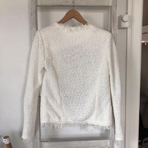 Super flot hvid jakke fra IRO. Jakken er i perfekt stand. Np: 2.235 kr. Jeg bytter ikke 🙂.