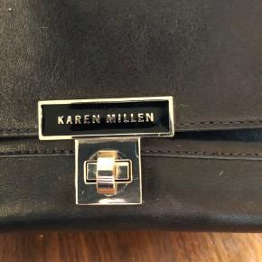 Rå skuldertaske fra Karen Millen med nitter og leopardfoer. God men brugt.