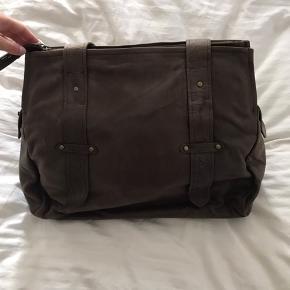 Sælges for min mor, mørkebrun skuldertaske m/matchende pung. Måler 41 cm i bredden, 35 cm i højden og 16 cm i bunden. Sælges for minimum 550 incl