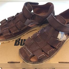 Virkelig lækre sandaler i brun kernelæder. Spritnye. Lidt store i str.  Indvendigt mål 20,5 cm  Sandaler Farve: Brun Oprindelig købspris: 699 kr.