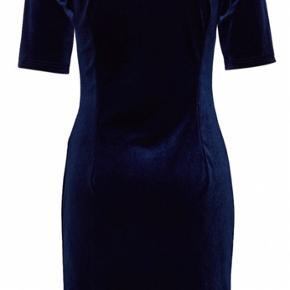 Smuk kjole i mørkeblå velour med stræk. 90% polyester og 10% elastan. Brystvidde: 50 cm. X 2 uden at strække stoffet. Længde: 105 cm.