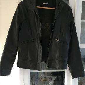 Brand: I Say Varetype: Skindjakke  Farve: Sort   Lækker jakke i blødt kalveskind .  Fremstår som ny  Der står large i den men den er lille i størrels   Brystvidde ca 51 x 2  Længde ca 58 Prisen er sat meget meget lavt