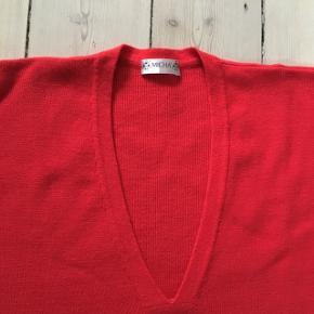 MICHA postkasserød langærmet sweater str. 44 med V-hals og tre lommer foran 50% akryl, 42% Merino uld, 8% Cashmere Brystvidde 120 cm Længde 85 cm Ærmelængde fra skuldersyning 48 cm Vidde nederst 125 cm