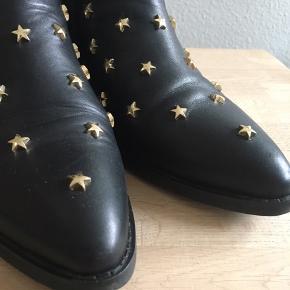 Lækker sort skindstøvle med stjerne-nitter. De er brugt 2-3 måneder, men stadig super flotte. De er skindforet.