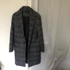 Flot frakke fra H&M, købt i herre afd. Klær både mænd og kvinder. Svarer til en 40 i dame str. Ny pris 899,- 🌸 Kun brugt meget få gange, så god som ny 🌸