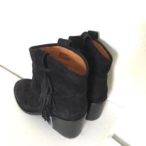 Super flotte sorte 'cowboy' støvler i ruskin fra &other stories. Brugt 2-3 gange. Fejler intet.  Np: 899kr